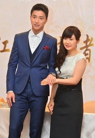 ちなみに、台湾での反応がよかった福原愛さんのドレスですが・・・。 白と黒のツートンカラーのドレス「TADASHI SHOJI(タダシ ショージ)」のウエストスパンコール